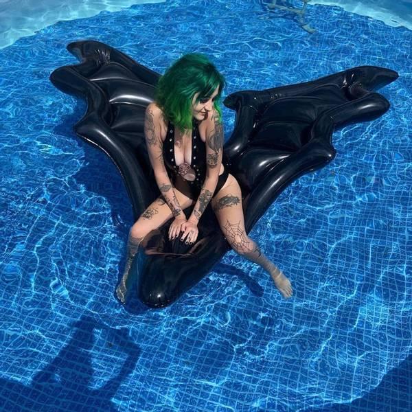 Bilde av Dark Waters XL Pool Float