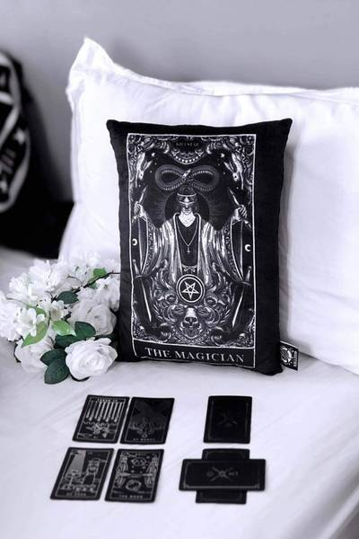 Bilde av Magician Throw Pillow