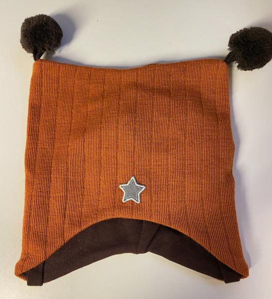 Kivat, brent oransje knytelue i ull med dusker