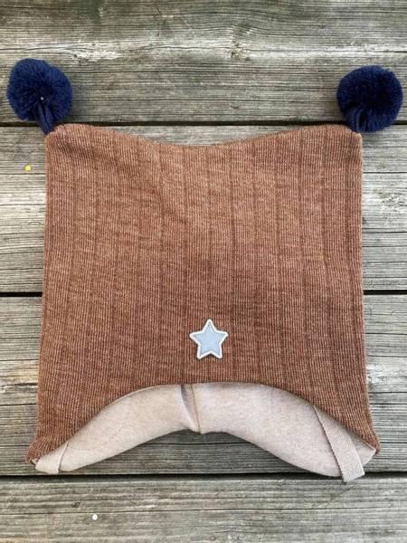 Kivat, brun knytelue i ull med blå dusker
