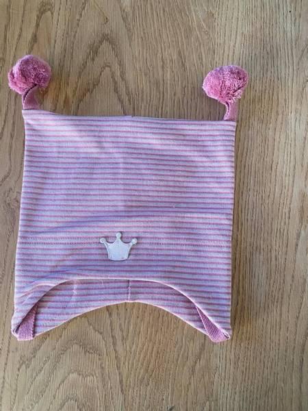 Kivat, rosastripet bomullslue med prinsessekrone og dusker