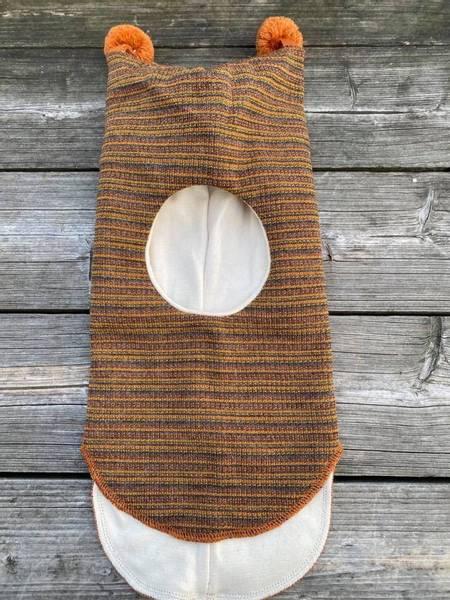 Kivat, okerstripet hettelue i ull med refleks og dusker