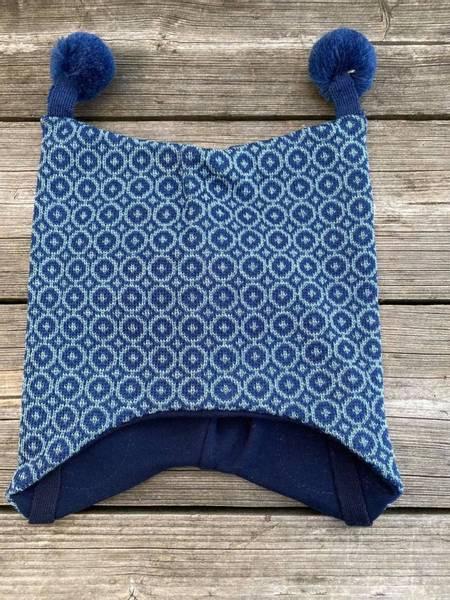 Kivat, blå mosaikk knytelue i ull med dusker