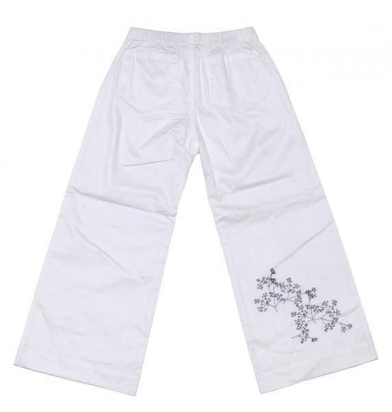 Djäknemåla,hvite bukser med blått broderi