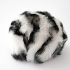 Bilde av Dusk i fuskepels trykknapp 8 cm - hvit/svart