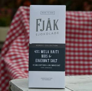 Bilde av Fjåk, 45% melk nibs & eikerøkt salt