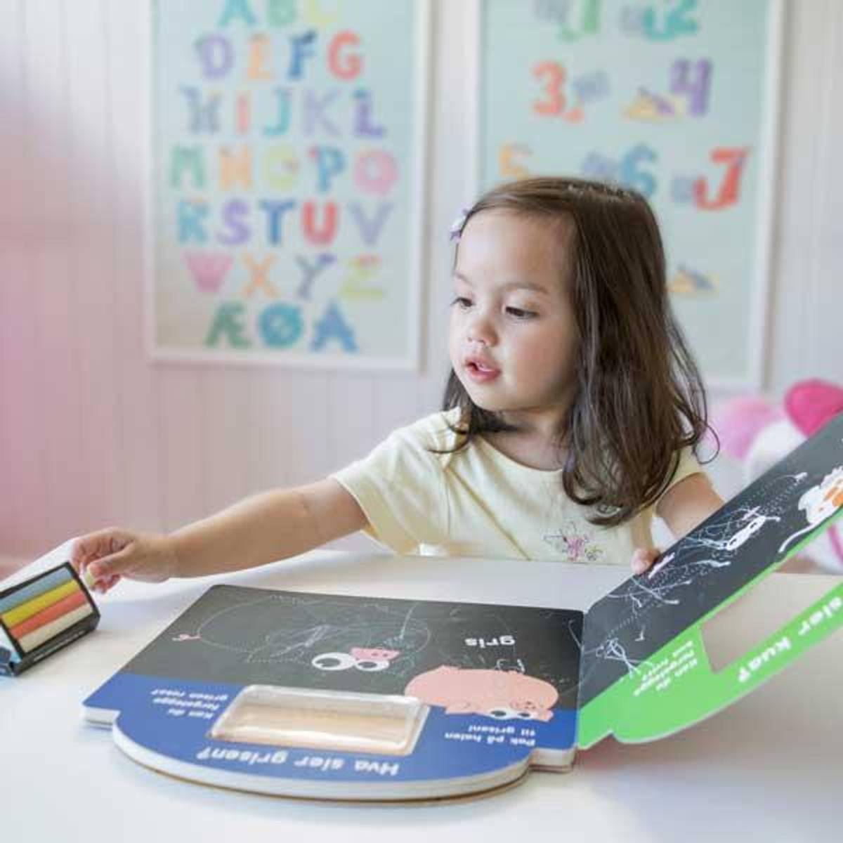 KRITTBOK - Skriv, tegn og fargelegg. Kritt følger med