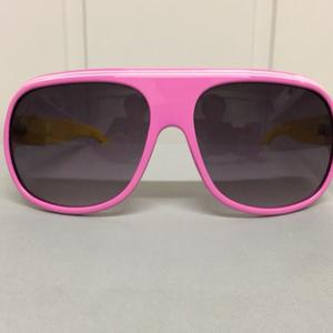Bilde av Solbriller, rosa med gule brillestenger.