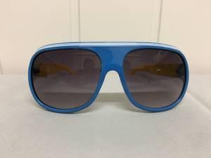 Bilde av Solbriller, blå med gule brillestenger.