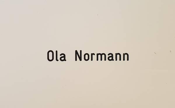 Postkasseskilt m/store og små bokstaver, hvit plate med svart te