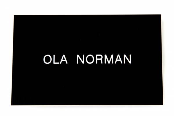 Std postkasseskilt Sandbergkassen, svart plate med hvit tekst