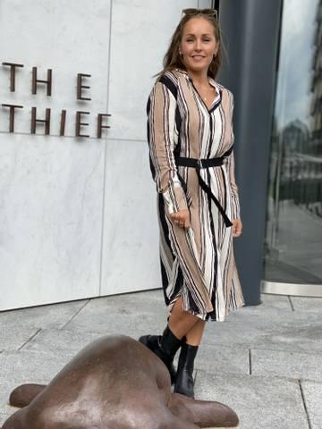 Bilde av ALICE STRIPE DRESS - CAMEL/BLACK