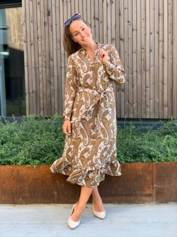 Bilde av VINKA DRESS - CAMEL PAISLEY
