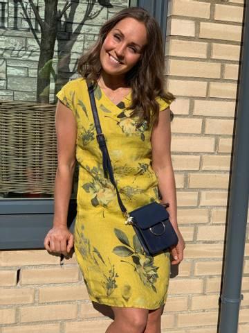 Bilde av FLOWER LIN DRESS - GUL