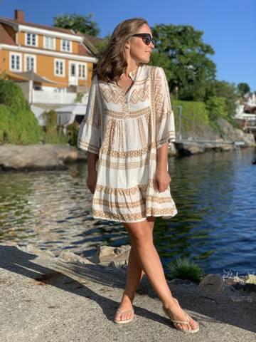 Bilde av INKA DRESS - CAMEL
