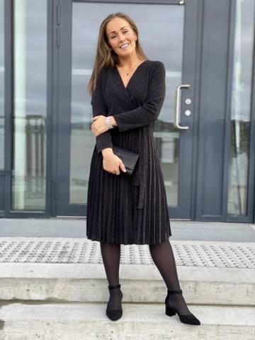 Bilde av PLISSE DRESS - BLACK