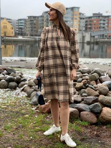 Bilde av ELFIE DRESS - SAND CHECK