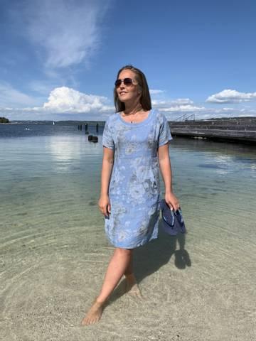 Bilde av SARA LINEN DRESS - LIGHT BLUE FLOWERS