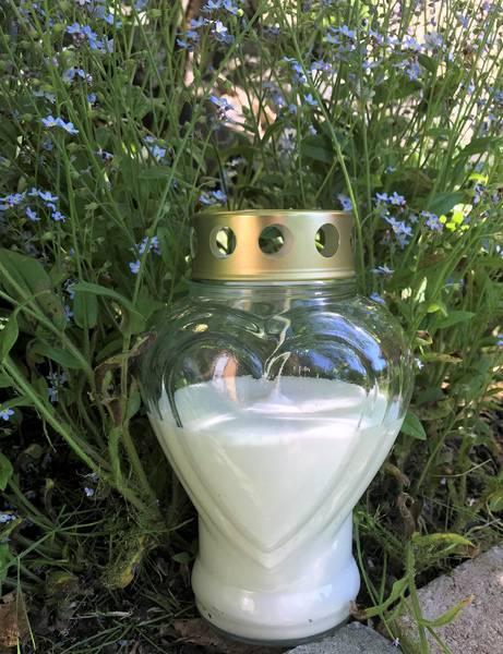 Gravlys, hjerteformet glass, med hvit stearin.