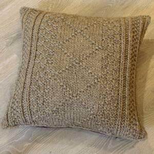 Bilde av Pute strikket front beige 50 x 50 cm