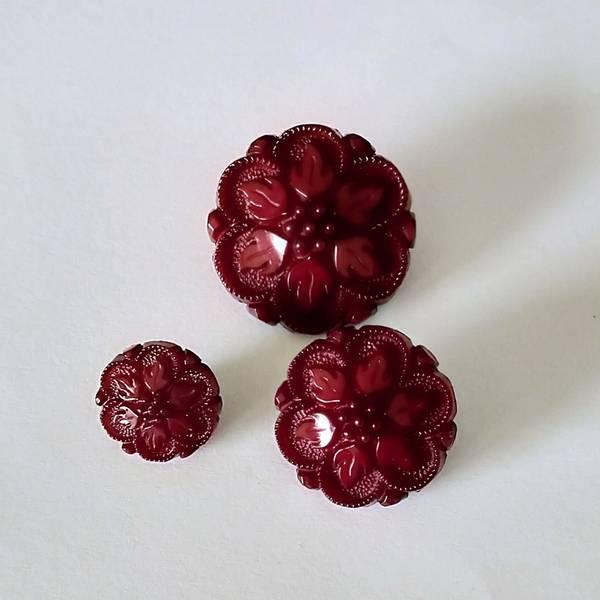 Bilde av Knapp, plast, mørkrød blomst - 3 størrelser