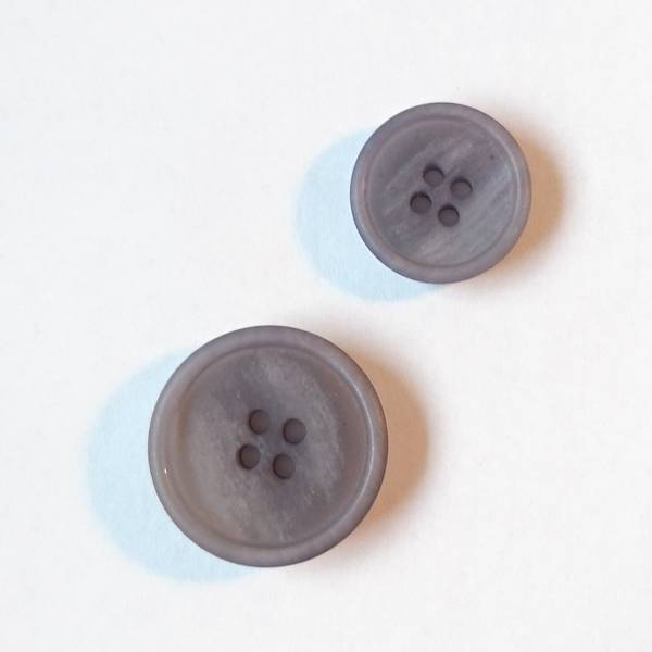 Bilde av Papir knapp, 4 hull, matt, grå