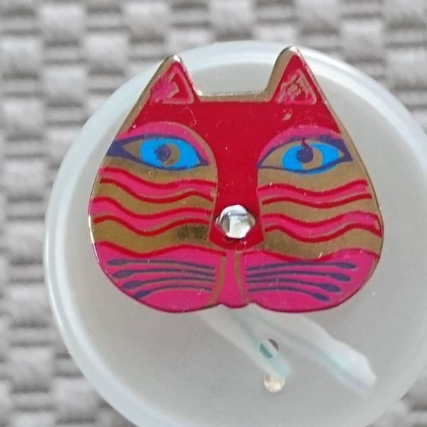 Bilde av Knapp, kattehode 25x 30 mm, rød-pink, emalje