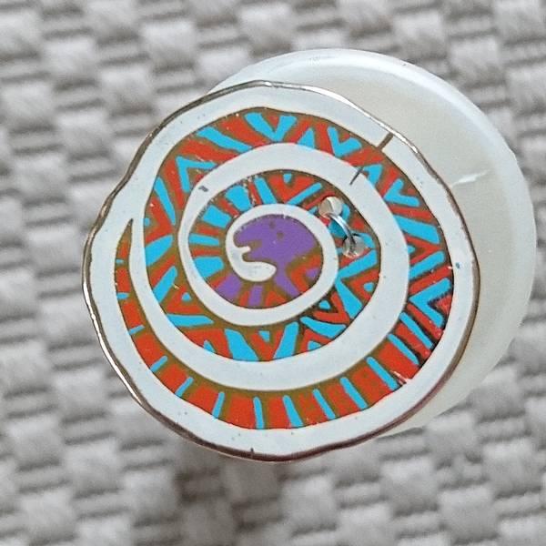 Bilde av Knapp, slange, 28 mm diameter, emalje, hvit med turkis-oransje