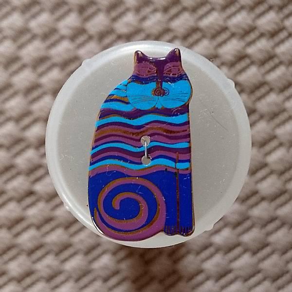 Bilde av Knapp, katt 18 x 32 mm, emalje, blå med lilla-turkis striper