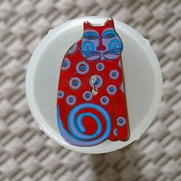 Bilde av Knapp, katt 18 x 32 mm, emalje, rød med blå-lilla dots