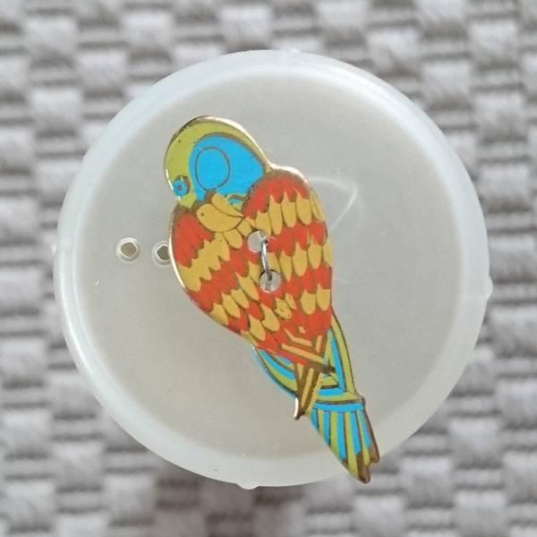 Bilde av Knapp, papagøye 13 x 33 mm, emalje, gul-oransje m turkis-grønn