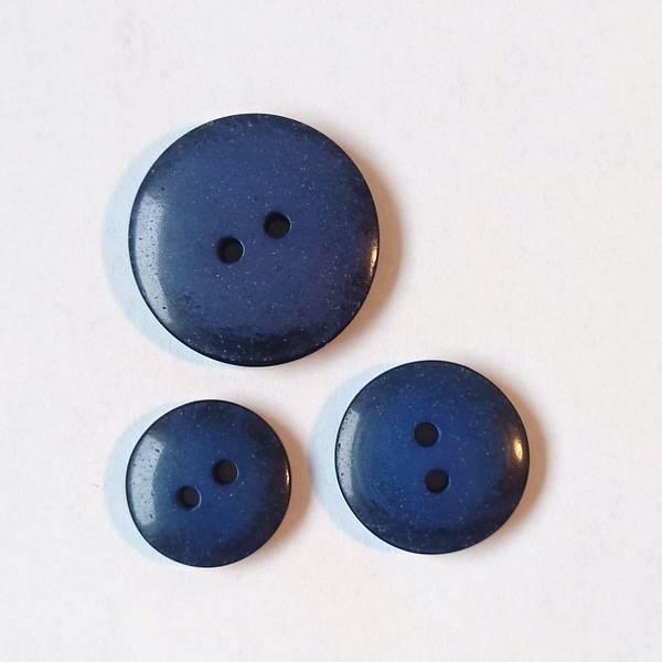 Bilde av Knapp, 2 hull, plast, glans, sort-blå
