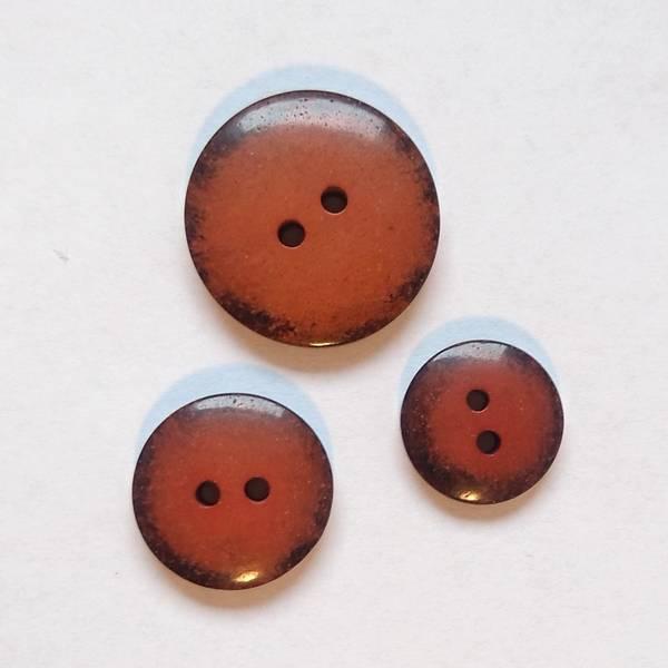 Bilde av Knapp, 2 hull, plast, glans, sort-brent oransje