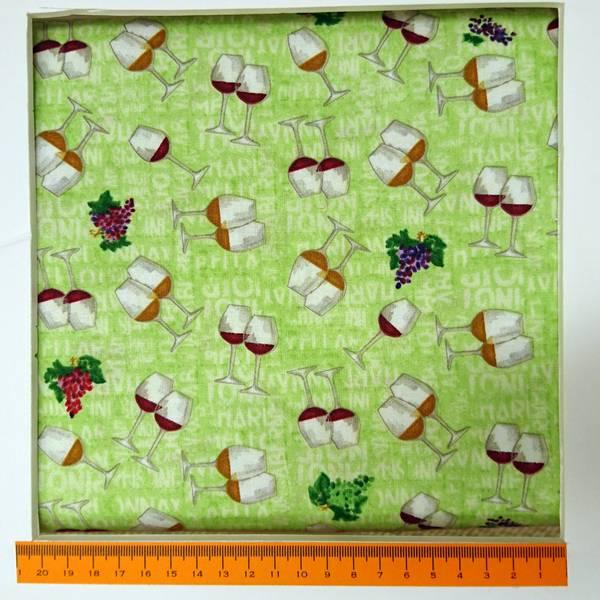 Bilde av Vinglass, ca 3 cm rød og hvitvin i glass på grønn bakgrunn
