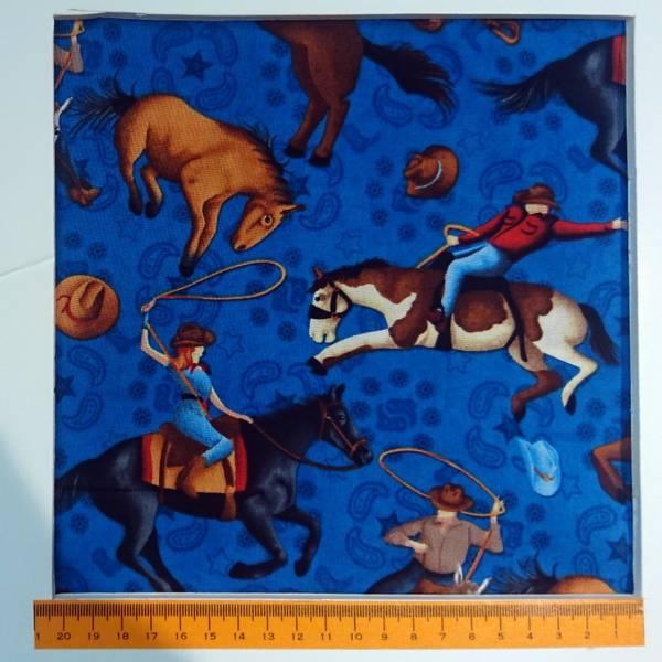 Bilde av Cowboy/Cowgirl på hest, ca 11 cm, på blå