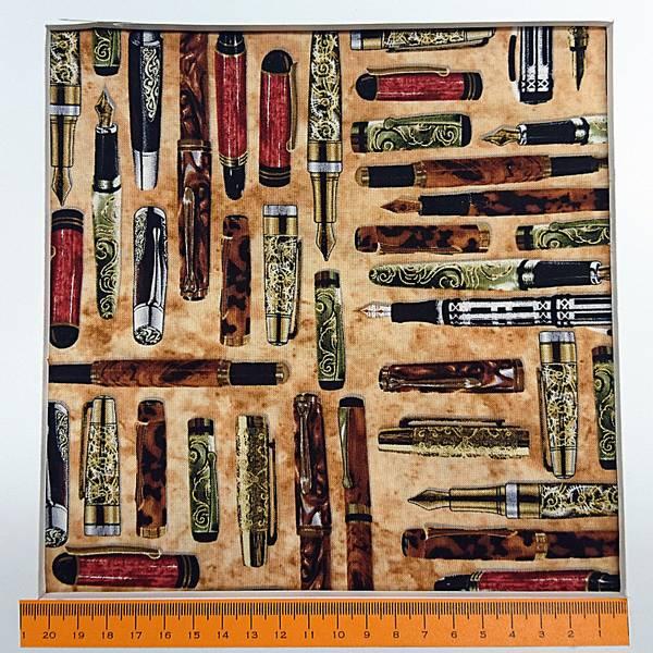 Bilde av Penner, ca 11 cm lange penner på brunbeige bakgrunn