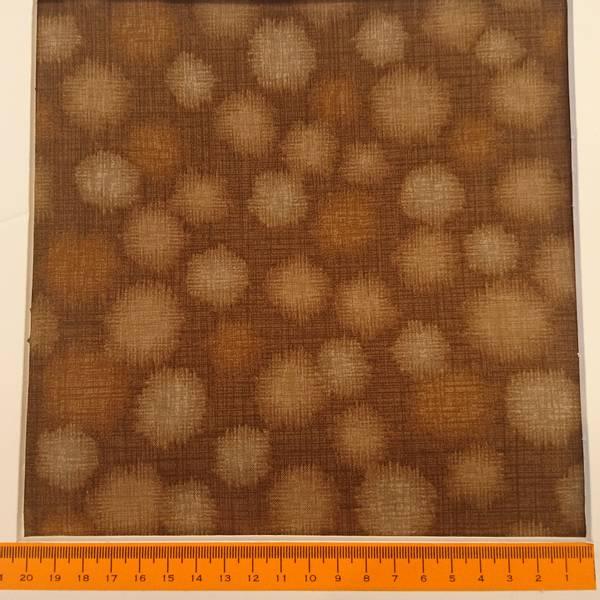 Bilde av Quilter's Linen Dots - 2 cm brune dots på brun