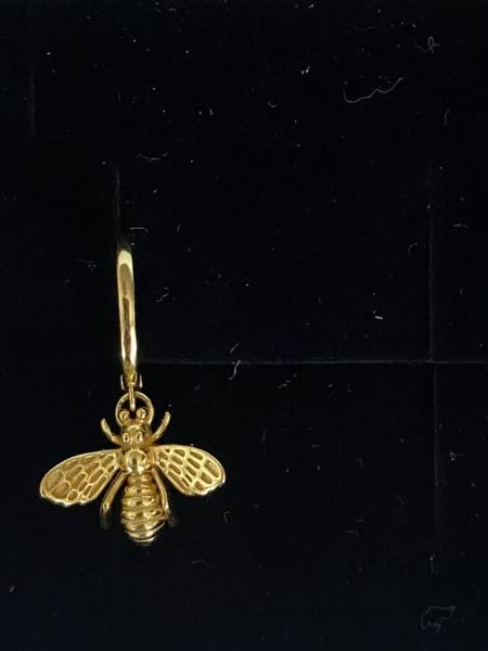Bilde av Små øreringer med bie