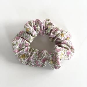 Bilde av Liberty Scrunchie Chamomile pink