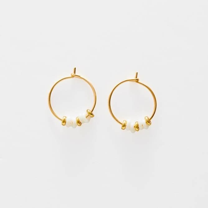 Bilde av Sienna Hvite perler øreringer