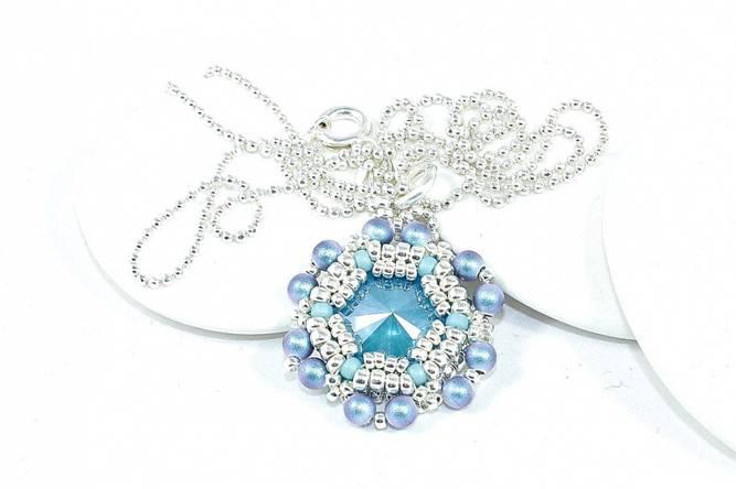 Bilde av Sølv halssmykke med perler og krystall