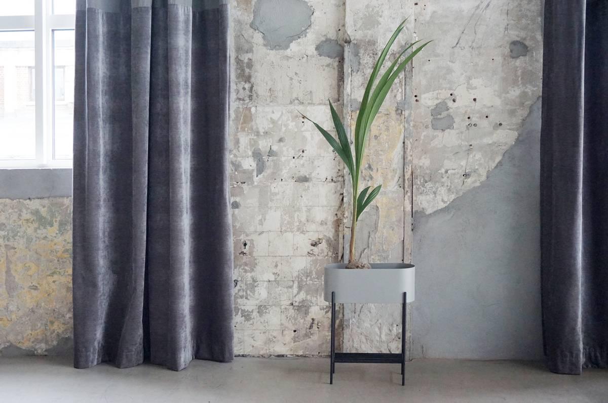 Blomsterpotte, oval, grå med sorte ben