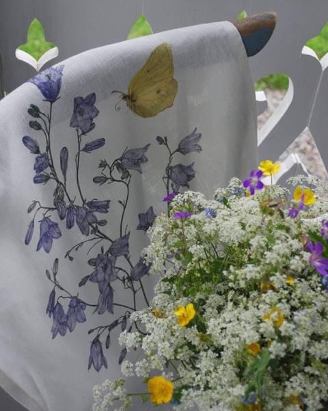 Bilde av Kjøkkenhåndkle i lin med blåklokke og sommerfugl