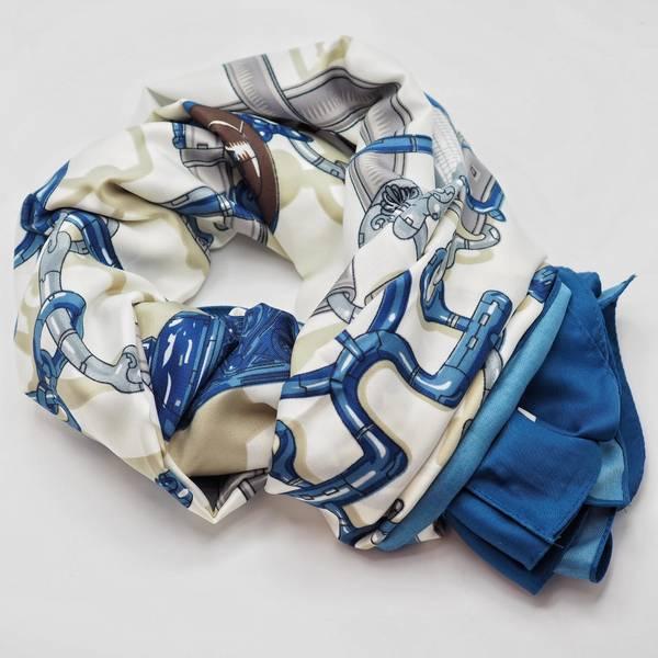 Bilde av Stort skjerf på hvit bunn, beige og blått mønster