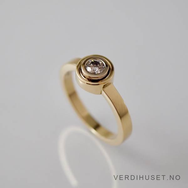 Bilde av Ring i 14 K gull med blank sten