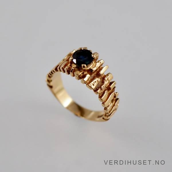 Bilde av Ring i 14 K gull med mørk blå sten