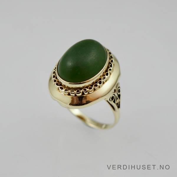 Bilde av Ring i 14 K gull med stor grønn sten