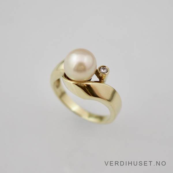 Bilde av Ring i 14 K gull med perle og blank sten