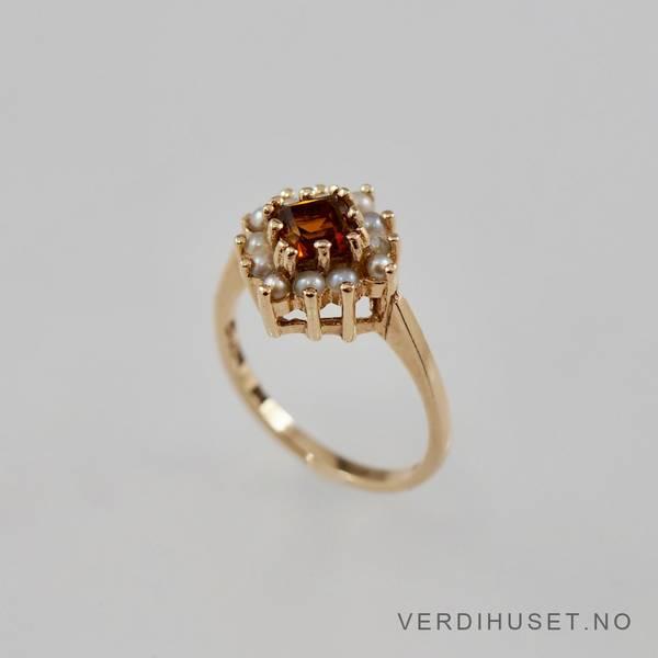 Bilde av Ring i 14 K gull med orange sten og perler