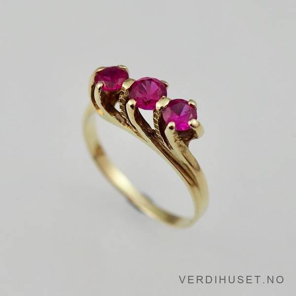 Bilde av Ring i 14 K gull med 3 røde stener